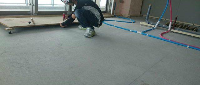 際根太・支持脚の上に床材を置いていきます。