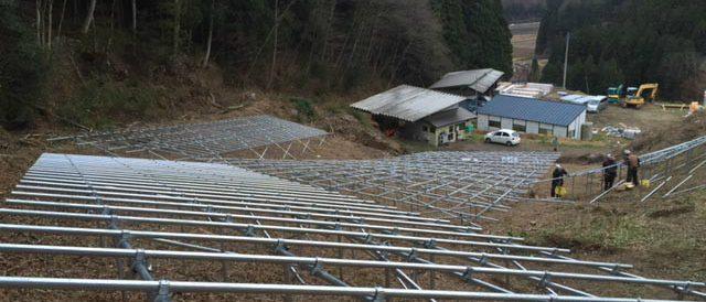 ソーラーパネルを設置する土台(架台)を組みます